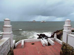 Turistas y locles ven pasar a Newton en Mazatlán