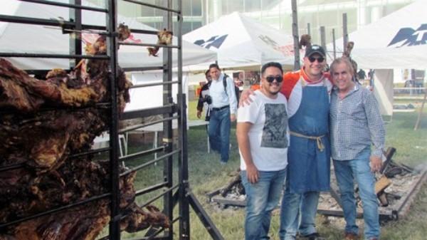 Dante Ferrero Alcanza Record Mundial en Mazatlán Asando Dos Vacas al mismo Tiempo RC 2016