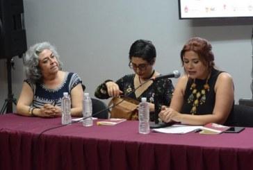 Atenea Cruz presenta su libro