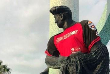 <center>Intervienen la desnudez del monumento al pescador con camiseta de los Venados</center>