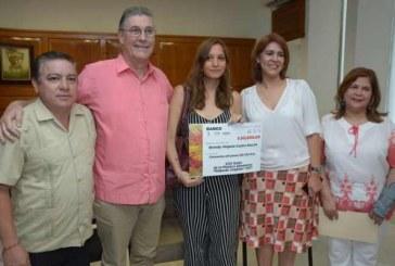 Recibe ahomense Edgardo Coghlan el premio de 50 mil pesos