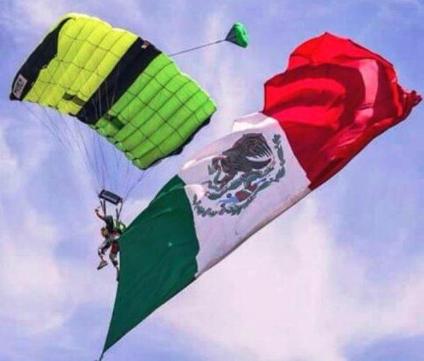 Héctor Estévez Salto Paracaidas con Bandera 2018