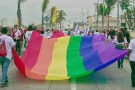 La comunidad LGBT de Mazatlán desfilaron la tarde de este sábado por el Malecón