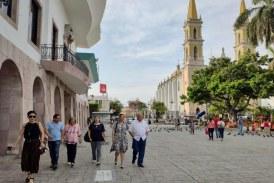 Recorren el Centro Historico Mazatlan esposa e hija de Paco Ignacio Taibo II.