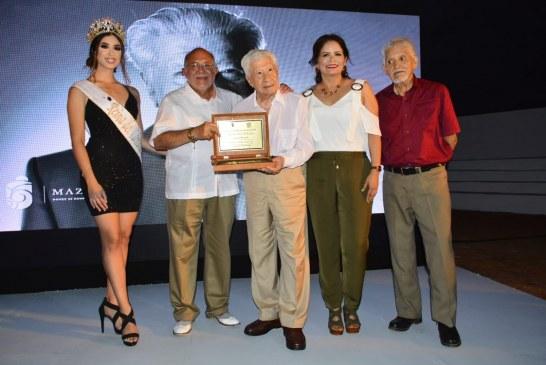 Recibe el primer actor Ignacio López Tarso las Llaves de la Ciudad de Mazatlán, donde se rompen las olas