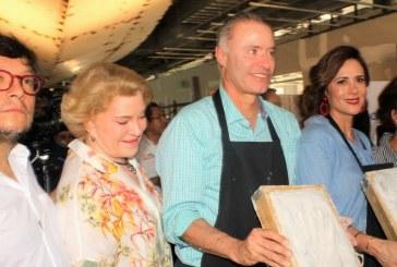 """Las manos de Quirino Ordaz Coppel y Rosy Fuentes de Ordaz en """"Memorias del Agua"""""""