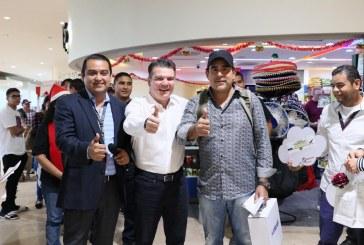 Óscar Pérez Barros recibe al pasajero 1 millón 100 mil en el Aeropuerto de Mazatlán