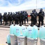 Influencer sinaloense dona gel antiviral a elementos de la Policía Estatal