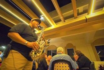 Festejando en Casa a Papá con el Saxofón Romántico de Jesús González