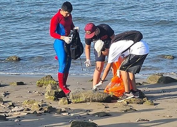 Ciudadanos Intervienen para Liempieza las Playas de la Isla del Maviri en Ahome 2020 1