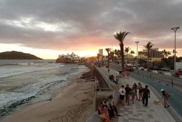 Locales y Visitantes Gozando Atardeceres de Verano en Mazatlán 2021