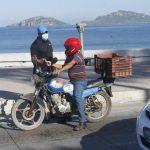 Entrega Instituto Municipal de la Juventud volantes sobre campaña antitabaco en malecón