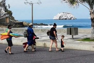 Familia Disfrutando de Olas Altas en Mazatlán: Vamos Todos por El Verde
