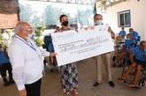 Rosy Fuentes entrega donativo a albergue Una Gota en el Océano
